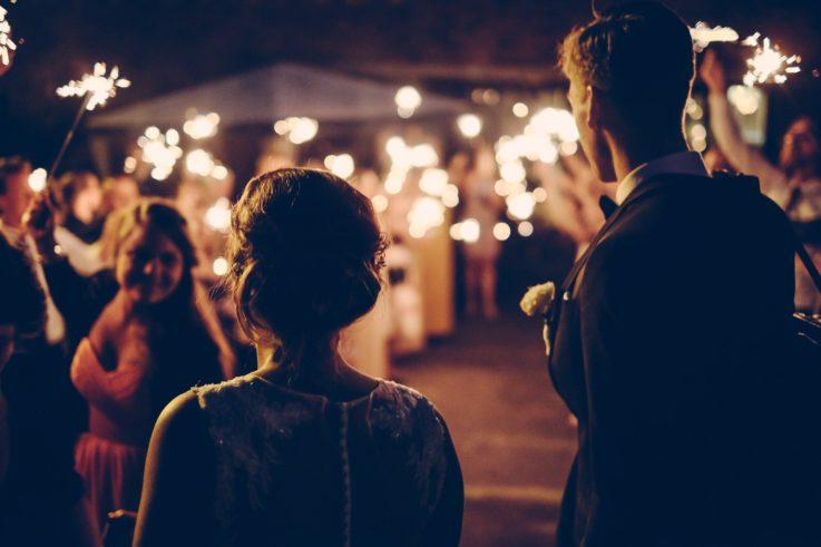 wieczorne zdjęcie na ślubie ze sztucznymi ogniami