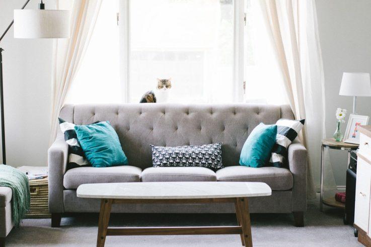 wizualizacja sofy w salonie stojącej pod oknem